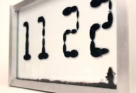 mettre une horloge sur le bureau une magnifique horloge utilisant des ferrofluides pour afficher l