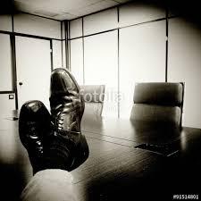 au bureau 91 travailler dur mettre ses pieds sur la table au bureau stock