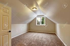 schlafzimmer teppichboden leeres haus interior schlafzimmer mit gewölbter decke brauner