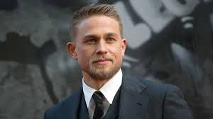 how to get thecharlie hunnam haircut charlie hunnam had one really stylish week gq
