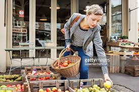 shopping candid foto e immagini stock getty images