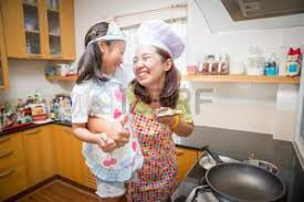 maman baise en cuisine maman et fille banque d images vecteurs et illustrations