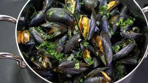 cuisiner des moules au vin blanc moules marinières recette des moules à la marinière et frites