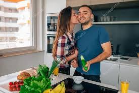 cuisine femme préparation salade dans la cuisine ma femme est un