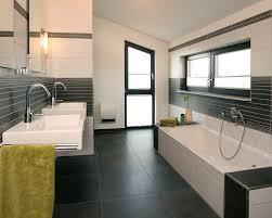 bad fliese hell modernes badezimmer mit dunkelgrauen fliesen und hellen keramiken