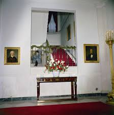 kn c19725 christmas decorations in cross hall of white house