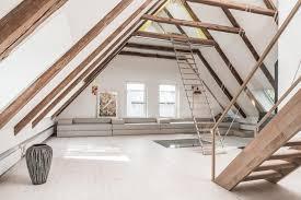Schlafzimmer Dachgeschoss Einrichtung Sofa Kunst Licht Dachstuhl Dachgeschoss Holzbalken Treppe