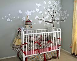 préparer la chambre de bébé arbre sur un mur gris de la chambre du bacbac la chambre de bebe