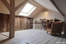 bureau aménagé grenier aménagé en bureau avec fenêtre de toit photo libre de