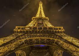 imagenes de bottom up abajo vista de noche con la torre eiffel foto editorial de stock