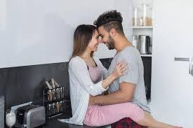couples amour cuisine étreinte de couples dans la cuisine l homme hispanique et l