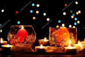 composizione di candele splendida composizione di candele sul tavolo di legno su sfondo