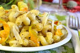 primo piatto con fiori di zucca pasta cacio e pepe con fiori di zucca