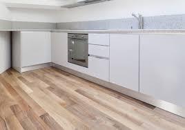 parquet dans une cuisine parquet pour cuisine choix types caractéristiques ooreka