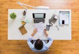 bureau impots femme d affaires avec le rapport d impôts au bureau image stock