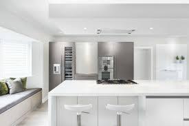 cuisine blanche moderne 73 idées de cuisine moderne avec îlot bar ou table à manger