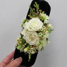 Corsage And Boutonniere Cost Making A Wristlet Corsage Easy Diy Wedding Flower Tutorials