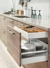 kitchen cabinetry ideas metod kök med brokhult ljusgrå valnötsmönstrade lådfronter kök