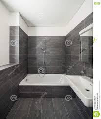 interieur salle de bain moderne intérieur d u0027une maison moderne salle de bains grise photo stock