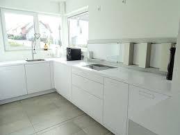 weisse küche weiße arbeitsplatten in der küche natur oder kunststein weiße