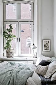best 25 decorating small bedrooms ideas on pinterest small de mooiste items om jouw bed extra knus te maken