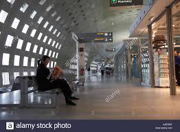 bureau de change a駻oport charles de gaulle passengers in charles de gaulle airport terminal 2 building