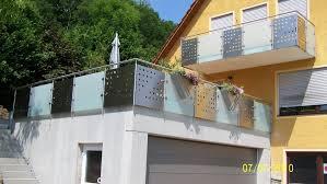edelstahl balkon mit glas balkongeländer mit mattglas lochblech hermann götz metallbau