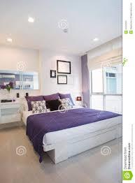 chambre violet et blanc violet de chambre à coucher image stock image 10410357
