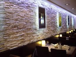 steinwand wohnzimmer platten steinwand mit beleuchtung wohndesign