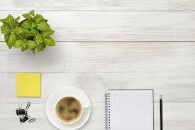 le bureau verte lieu de travail de bureau avec la plante d intérieur verte la tasse