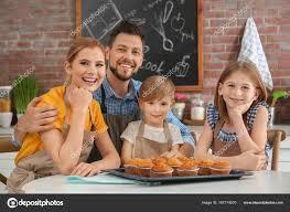 cours de cuisine en famille famille manger de délicieux muffins ensemble dans la cuisine