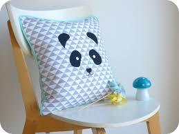 coussin chambre enfant coussin panda déhoussable carré motifs géométriques gris et bleus