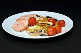 cuisiner les l馮umes sans mati鑽e grasse papillote de saumon et petits légumes croquants les délices de