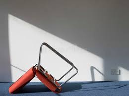 ecran bureau retourné ombre retournée de bâti de chaise de bureau sur le mur photo stock
