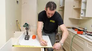 installateur cuisine vidéo installation d armoires de cuisine rénovation bricolage