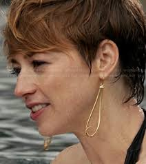 hairstyles of margaux on revenge wornontv margaux s gold knotted drop earrings on revenge karine