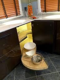 le cuisine moderne meuble d angle cuisine moderne et rangements rotatifs en 35 photos
