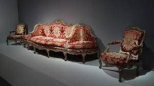 canape a 18e aux sources du design scénographie avec une paire de fauteuils