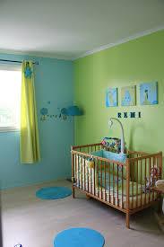 chambre bébé taupe et vert anis espace de vie moderne avec meubles en bois et carrelage blanc