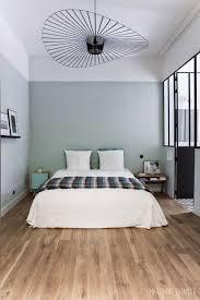 couleur chambre une chambre esprit atelier chic murs vert de gris alignés avec la