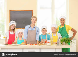 cours de cuisine en groupe groupe d enfants et enseignant en cuisine pendant le cours de