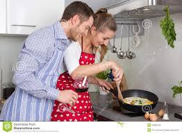 les jeunes couples dans l amour faisant cuire ensemble dans la