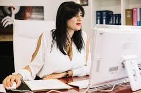dans un bureau femme d affaires travaillant sur ordinateur dans un bureau élégant