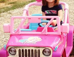 jeep barbie grazia hilarisch student verliest rijbewijs en koopt barbie jeep