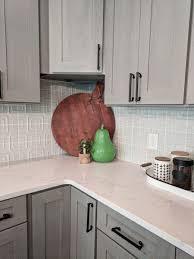 what color backsplash with white quartz countertops white and grey quartz countertops 13 inspirational design