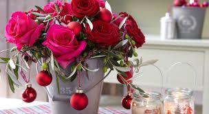 composition florale avec des roses composition florale de noël roses avalanche eucharis et thym