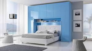 chambre lit pont adulte des placards de rangement autour du lit pont de lit lit bleu et