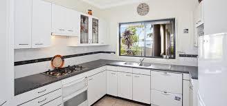 armoir de cuisine awesome decoration cuisine armoires blanches vue barri res d