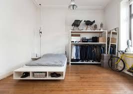 schlafzimmer kleiderschrank schlafzimmer in weiß mit großem bett offenem kleiderschrank und