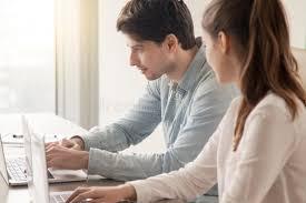 sexe au bureau employés de bureau de sexe masculin et féminins à l aide de deux
